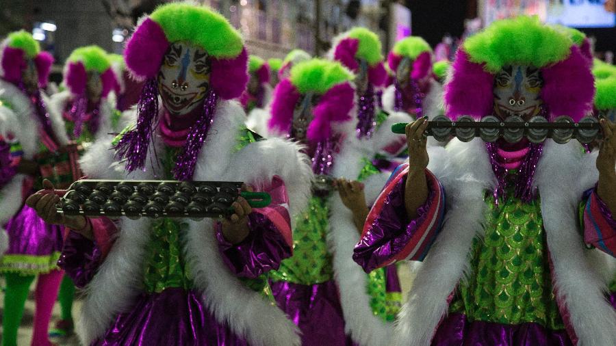 Em desfile, Mangueira faz crítica à falta de apoio ao Carnaval do Rio de Janeiro - Júlio César Guimarães/UOL