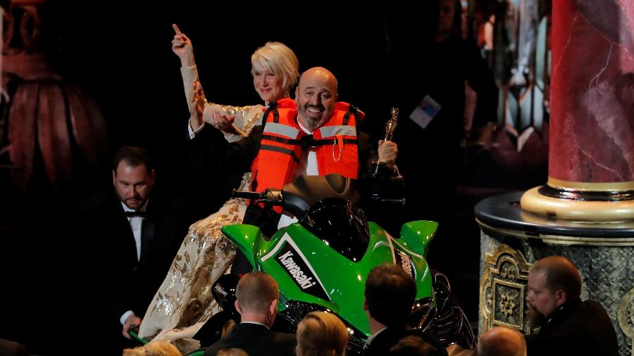Helen Mirren e Mark Bridges em um jet ski no Oscar - REUTERS/Lucas Jackson