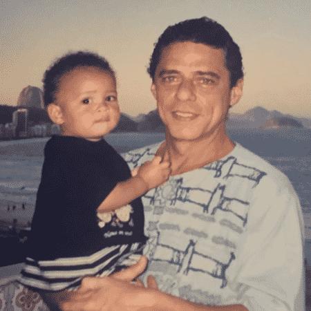 Chico Brown com um ano e no colo do avô Chico Buarque - Reprodução/Instagram - Reprodução/Instagram