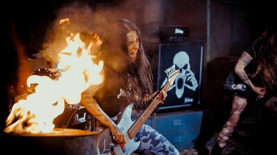 """Imagem da gravação do clipe """"Kill the Silence"""", da banda Nervosa - Well Ribeiro/Divulgação"""