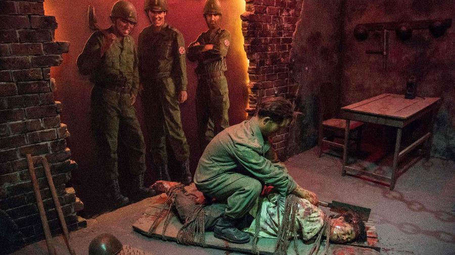 Escultura no museu de Sinchon, na Coreia do Norte, mostra soldados americanos observando um sul-coreano matar um norte-coreano -  Sebastien Berger/AFP