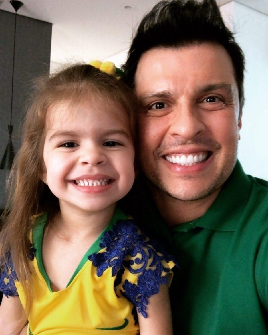 """Ceará brinca com filtro bebê e Valentina diz: """"Parece criança do Raul Gil"""""""