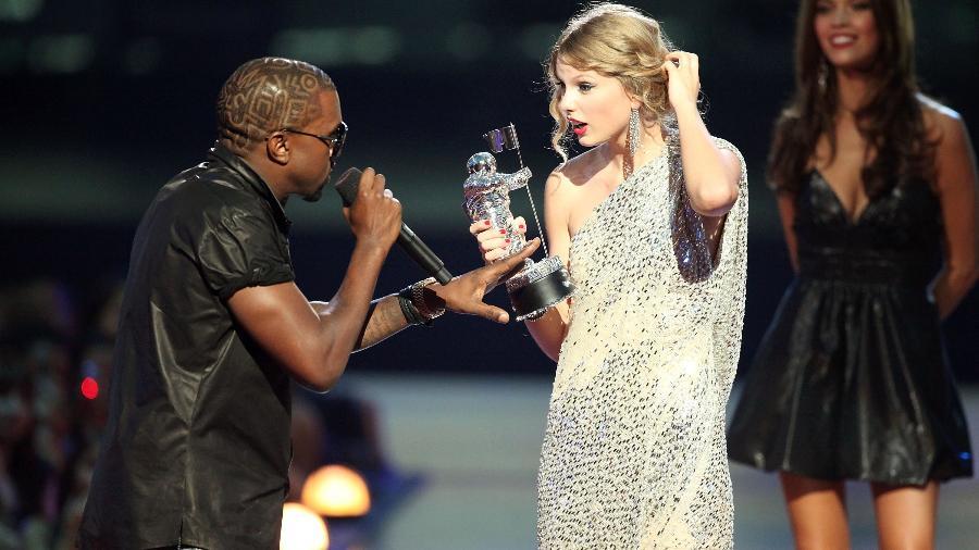 Kanye West interrompendo Taylor Swift durante o MTV Video Music Awards de 2009 - Christopher Polk/Getty Images