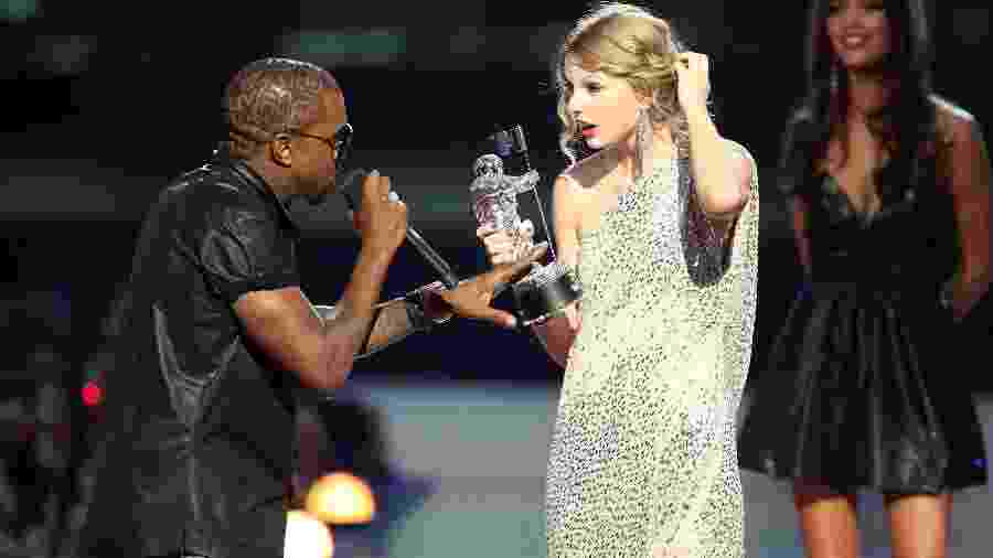 Kanye West interrompendo Taylor Swift durante o MTV Video Music Awards de 2009 - Christopher Polk/Getty Images
