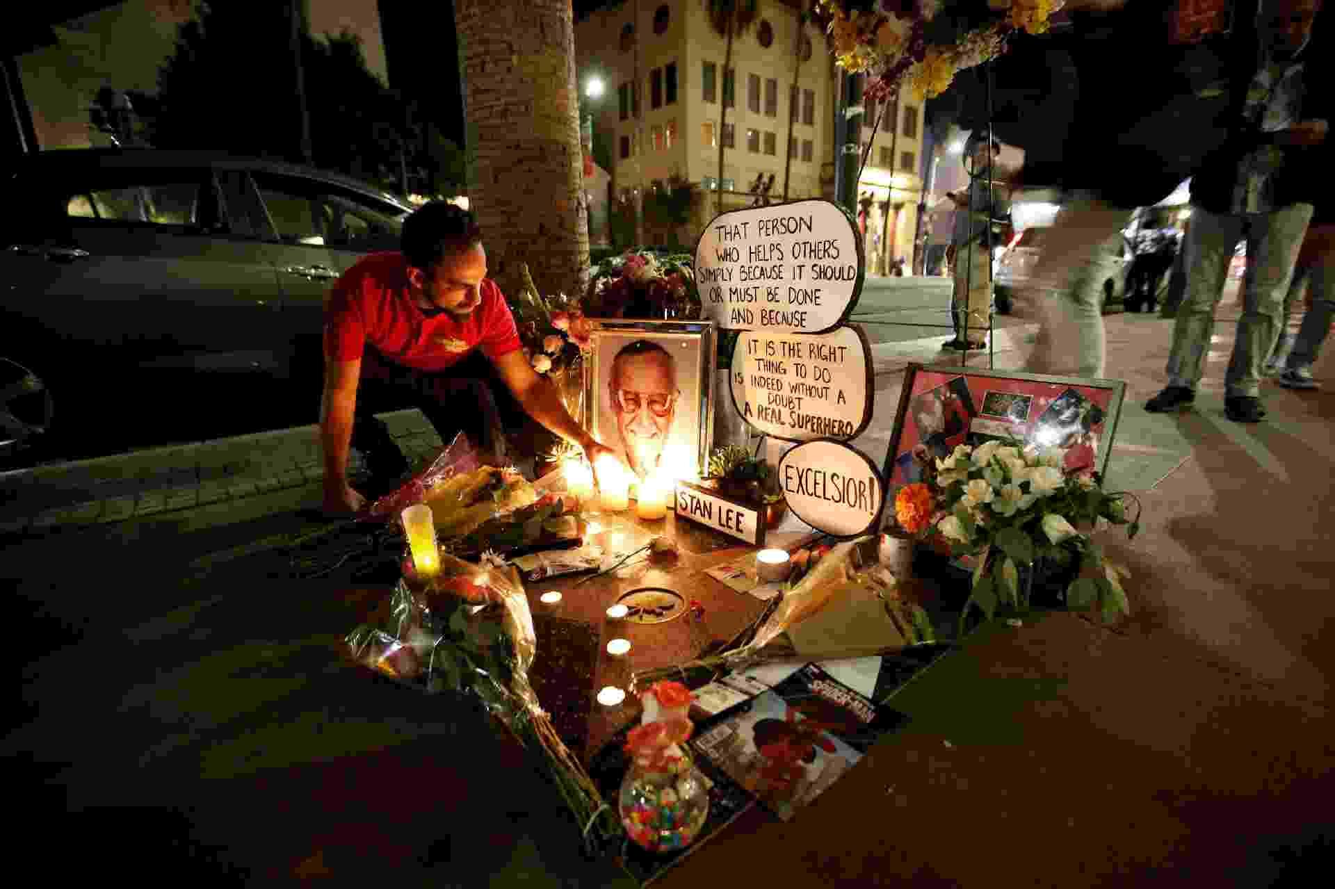 Fã de Stan Lee prestam homenagem ao quadrinista deixando flores e bilhetes em sua estrela na Calçada da Fama de Hollywood, na Califórnia - Mario Anzuoni/Reuters