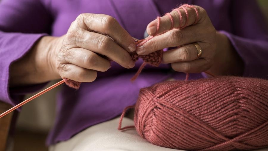 Ano passado, Alzira doou 50 pares de sapatinhos e 30 toucas de tricô feitos por ela  - Getty Images