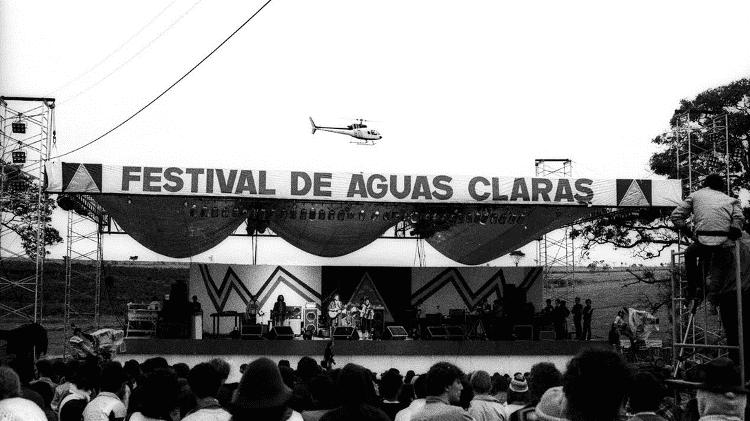 O palco do festival, construído com madeira que seria usada em currais  - Divulgação
