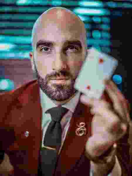 O mágico Drummond Money-Coutts, que apresenta o programa e recria os truques - Instagram/Reprodução