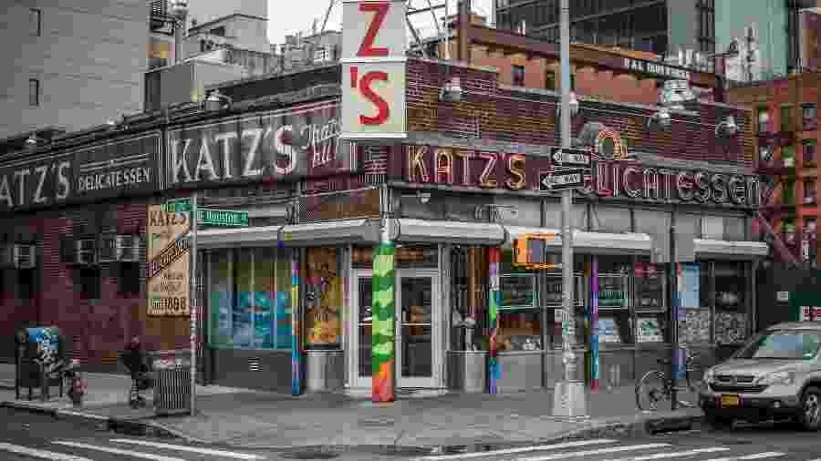Popular com os nova-iorquinos desde sua abertura em 1888, o estabelecimento é especializado em sanduíches de pastrami - Getty Images