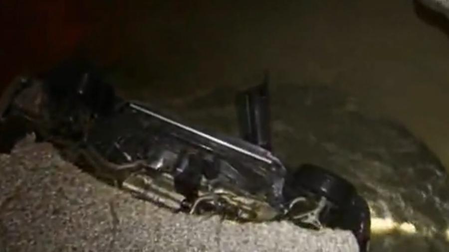Carro é engolido por cratera em rua de Los Angeles - Reprodução