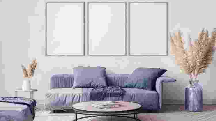 Na sala de estar: planta pode ir no chão ou sobre a mesa - Lilas Gh/Getty Images/iStockphoto - Lilas Gh/Getty Images/iStockphoto