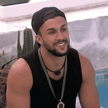 BBB21: Arthur conversa na parte externa da casa - Reprodução / Globo - Reprodução / Globo