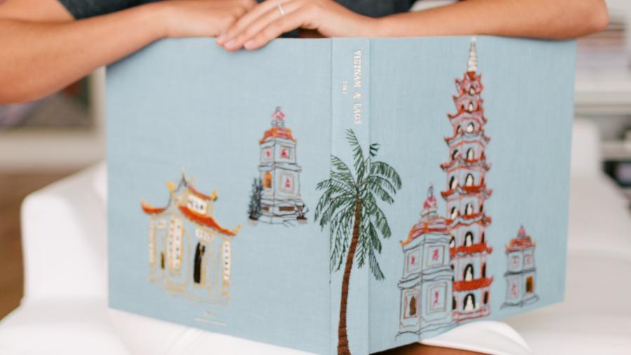 Os álbuns criados por Maria Helena Queiroz ganham capas bordadas de acordo com as lembranças de quem encomenda - Arquivo Pessoal