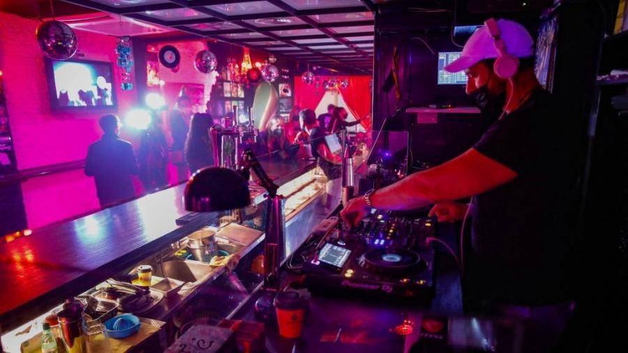 Pessoas no bar Everlastin Love, em Barcelona, em maio: ensaio clínico para reabertura - Europa Press via Getty Images