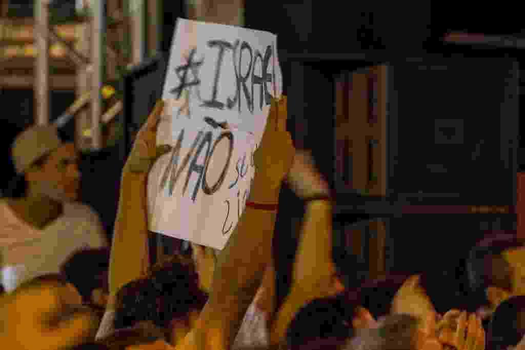 21.jun.2015 - Público protesta durante o show do músico Caetano Veloso, que encerrou a Virada Cultural, no palco Julio Prestes, em São Paulo. - Carla Carniel/Folhapress