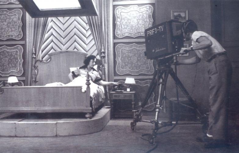 """Lia de Aguiar em """"A Vida por um Fio"""", o primeiro teleteatro exibido na televisão brasileira. A produção, adaptação do filme norte-americano """"Uma Vida Por um Fio"""" (1948), estreou em novembro de 1950 na TV Tupi"""