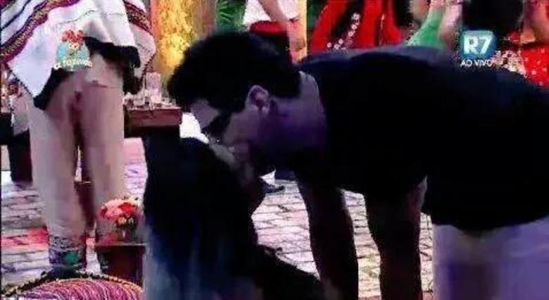 26.set.2015 - Thiago Servo dá um beijo na