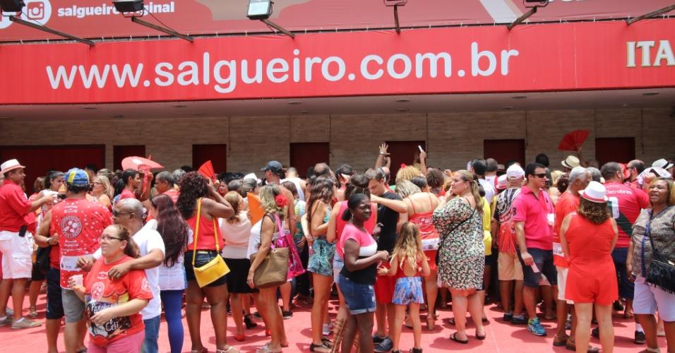 Público faz fila em frente a quadra do Salgueiro para comer a feijoada