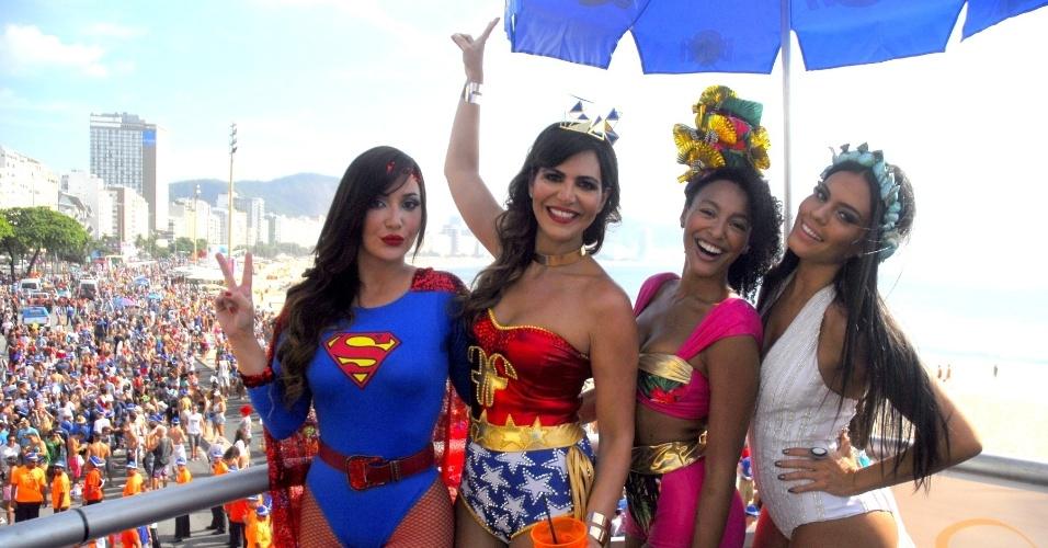 06.fev.2016 - Josie Pessoa, Carol Sampaio, Sheron Menzes e Letícia Lima curtem o Bloco da Favorita, que desfile pela orla de Copacabana, no Rio de Janeiro.