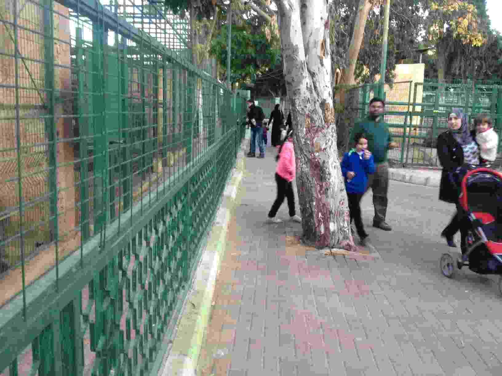 Famílias passeiam no zoológico de Qalqilia, nos Territórios Palestinos - Marcel Vincenti/UOL