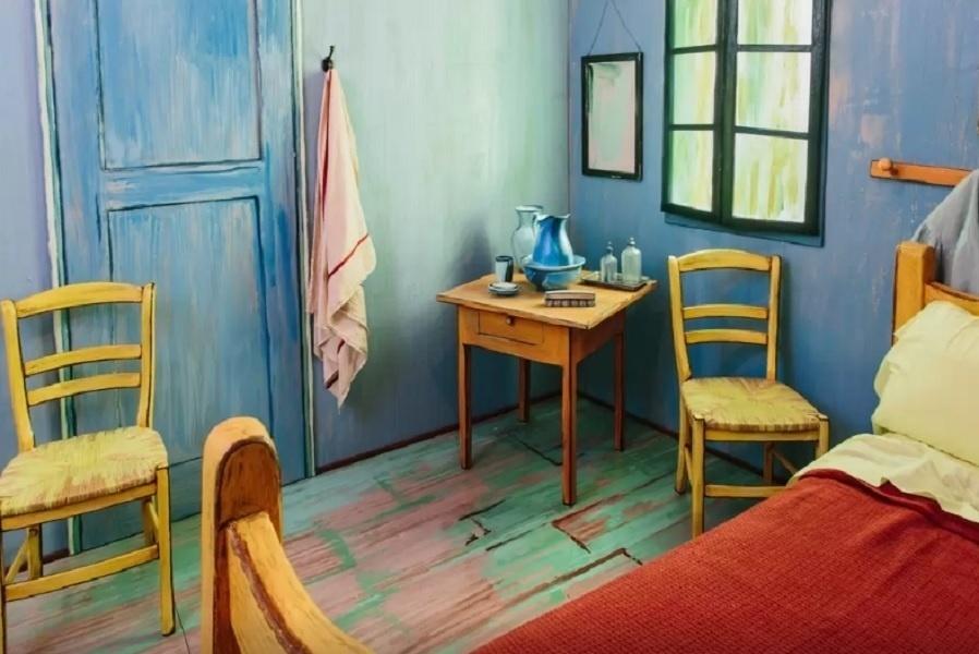 O Art Institute of Chicago (www.artic.edu) foi convidado para desenvolver um quarto para o Airbnb inspirado na obra de Vincent Van Gogh (1853-1890), chamada Quarto em Arles. O dormitório disponível no site de hospedagem fica em Chicago, nos Estados Unidos