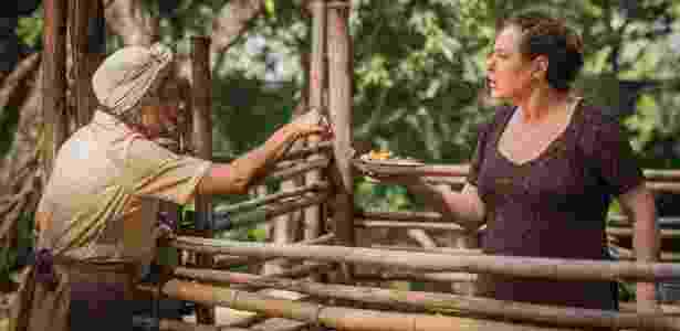 Manuela (Dhu Moraes) se vinga de Cunegunes (Elizabeth Savala) e lhe dá pés de frango - Cauiá Franco/TV Globo
