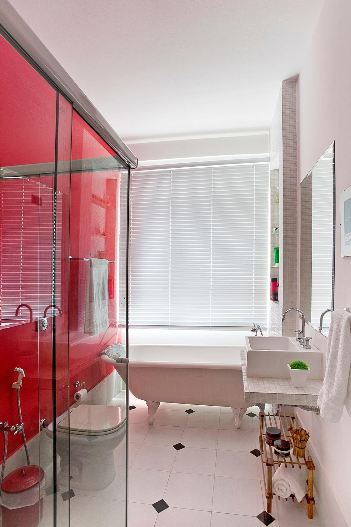 Para a reforma pouco trabalhosa, a designer Bianka Mugnatto basicamente trocou os revestimentos do banheiro: as paredes receberam tinta látex branco-neve acetinado (Suvinil) e o antigo boxe de acrílico foi substituído por um novo, de vidro temperado (8 mm). O piso cerâmico comum é composto de peças 30 cm x 30 cm e as louças, metais e acessórios são da Deca. Para oferecer privacidade ao usuário, foi instalada uma persiana da Luxaflex