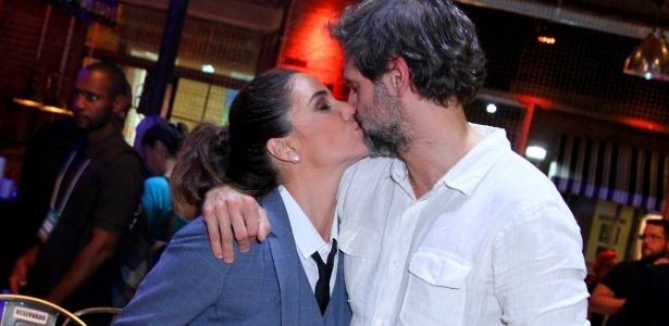 """Giovanna Antonelli beija seu marido, Leonardo Nogueira, diretor artístico da novela """"Sol Nascente"""" - Anderson Borde/AgNews"""