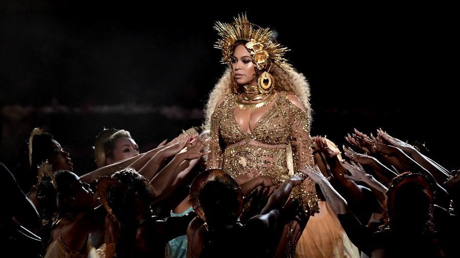 Beyoncé em apresentação icônica no Grammy Awards 2017, quando surgiu grávida dos gêmeos - Getty Images