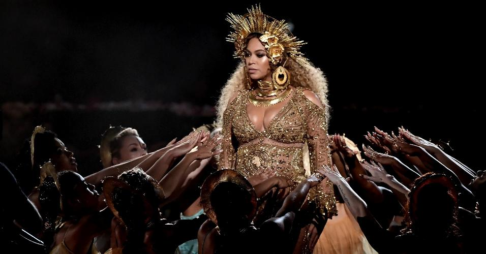 Beyoncé se apresenta no palco do Grammy Awards 2017, no Staples Center, em Los Angeles