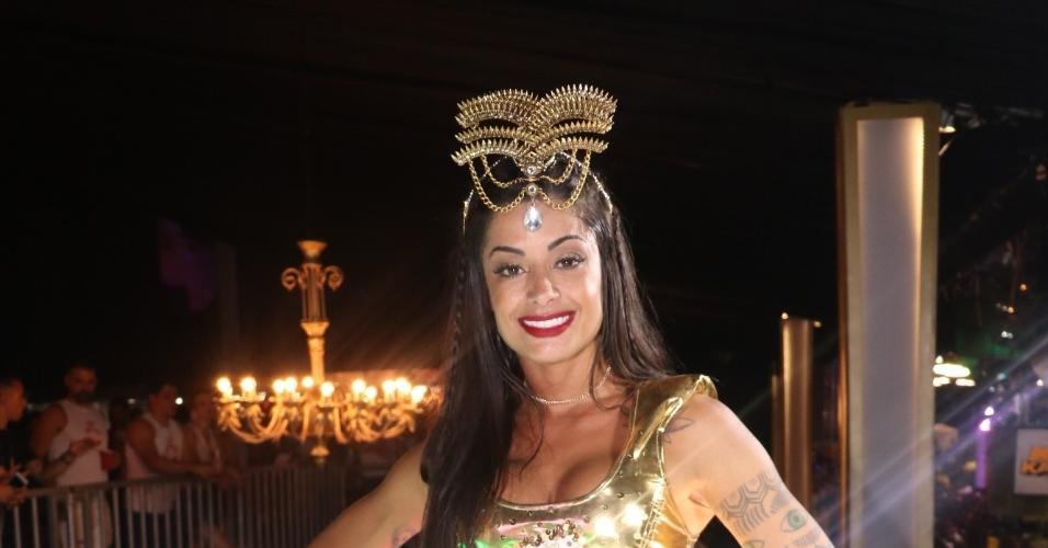 A apresentadora e bailarina Aline Riscado aproveitou a madrugada de sábado (25) em camarote em Salvador
