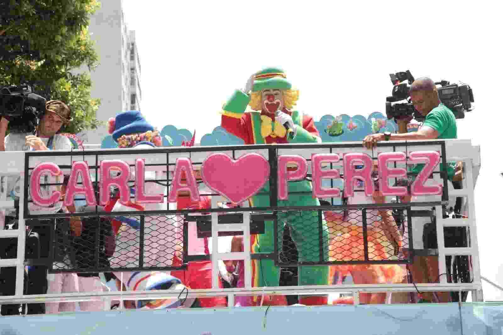 Os palhaços Patati e Patatá se apresentaram em cima do trio elétrico de Carla Perez, no circuito Campo Grande, em Salvador - JC Pereira e Webert Belicio/AgNews