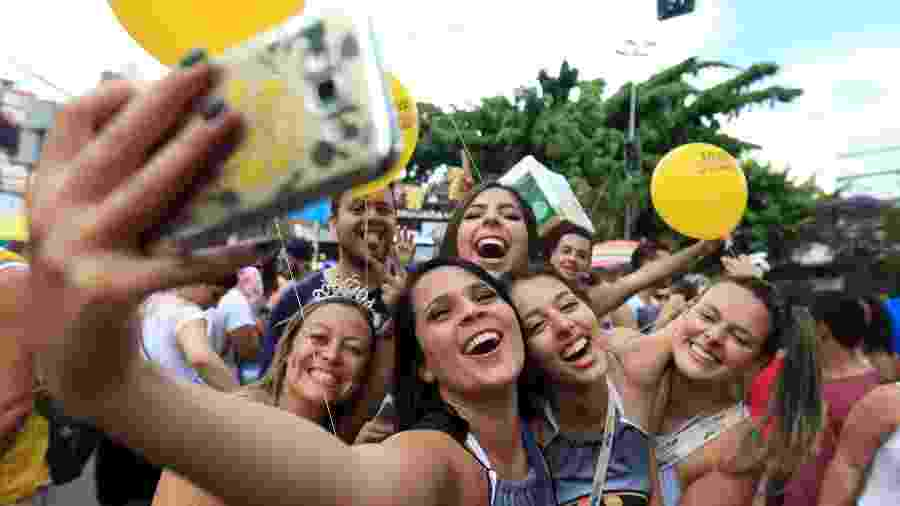 Foliões se divertem durante o bloco Se Te Pego, Não Te Largo, no bairro de Pinheiros, zona oeste de São Paulo, no Carnaval de 2017 - Ricardo Matsukawa/UOL