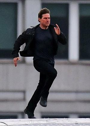 """Tom Cruise grava cena de """"Missão Impossível 6"""" em Londres"""
