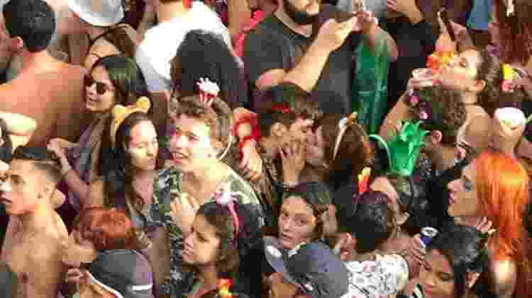 O bloco LGBT Minhoqueens agitou a tarde em São Paulo e formou casais animados - Bárbara Tavares/UOL