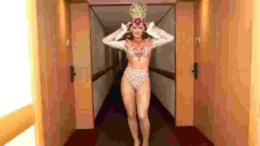 Livia Andrade mostra fantasia luxuosa (e pesada) de Maria Antonieta antes do desfile da Casa Verde - Iwi Onodera/UOL