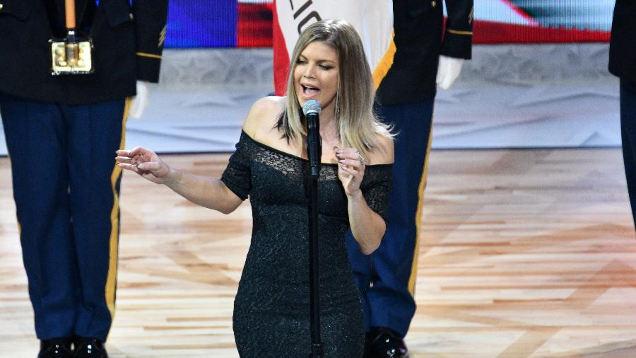 Fergie canta o hino americano durante o All-Star Game da NBA, em Los Angeles - Allen Berezovsky/Getty Images