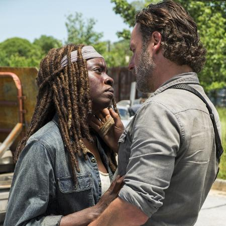 """Michonne (Danai Gurira) e Rick (Andrew Lincoln) em cena de """"The Walking Dead"""" - Divulgação"""