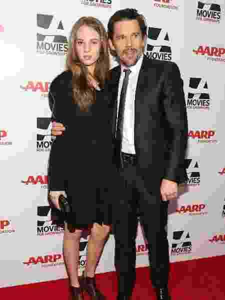 Maya Thurman-Hawke com o pai, Ethan Hawke, em premiação de cinema em Beverly Hills - Imeh Akpanudosen/Getty Images - Imeh Akpanudosen/Getty Images