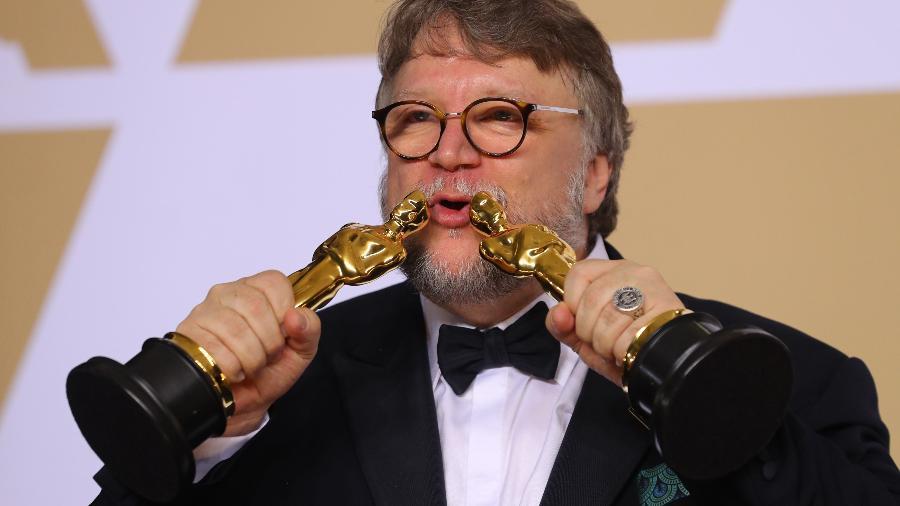"""Guillermo del Toro brinca com os dois Oscars que ganhou por """"A Forma da Água"""" - REUTERS/Mike Blake"""