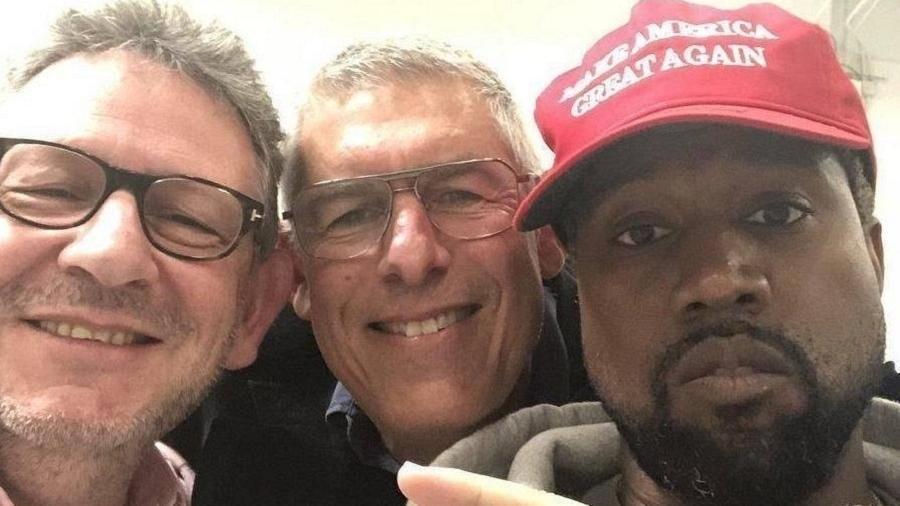 Usando boné da campanha de Trump, Kanye West posa com dois homens desconhecidos - Reprodução/Twitter