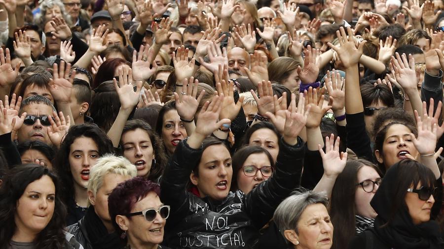 Milhares de mulheres ocuparam as ruas de Pamplona, na Espanha, contra sentença branda dada a acusados de estupro coletivo - AFP/ Xabier Lertxundi
