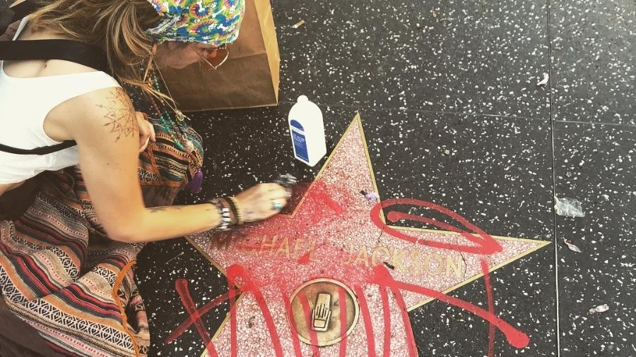 Paris Jackson limpa estrela de Michael Jackson pichada na Calçada da Fama, em Hollywood - Reprodução/@ParisJackson