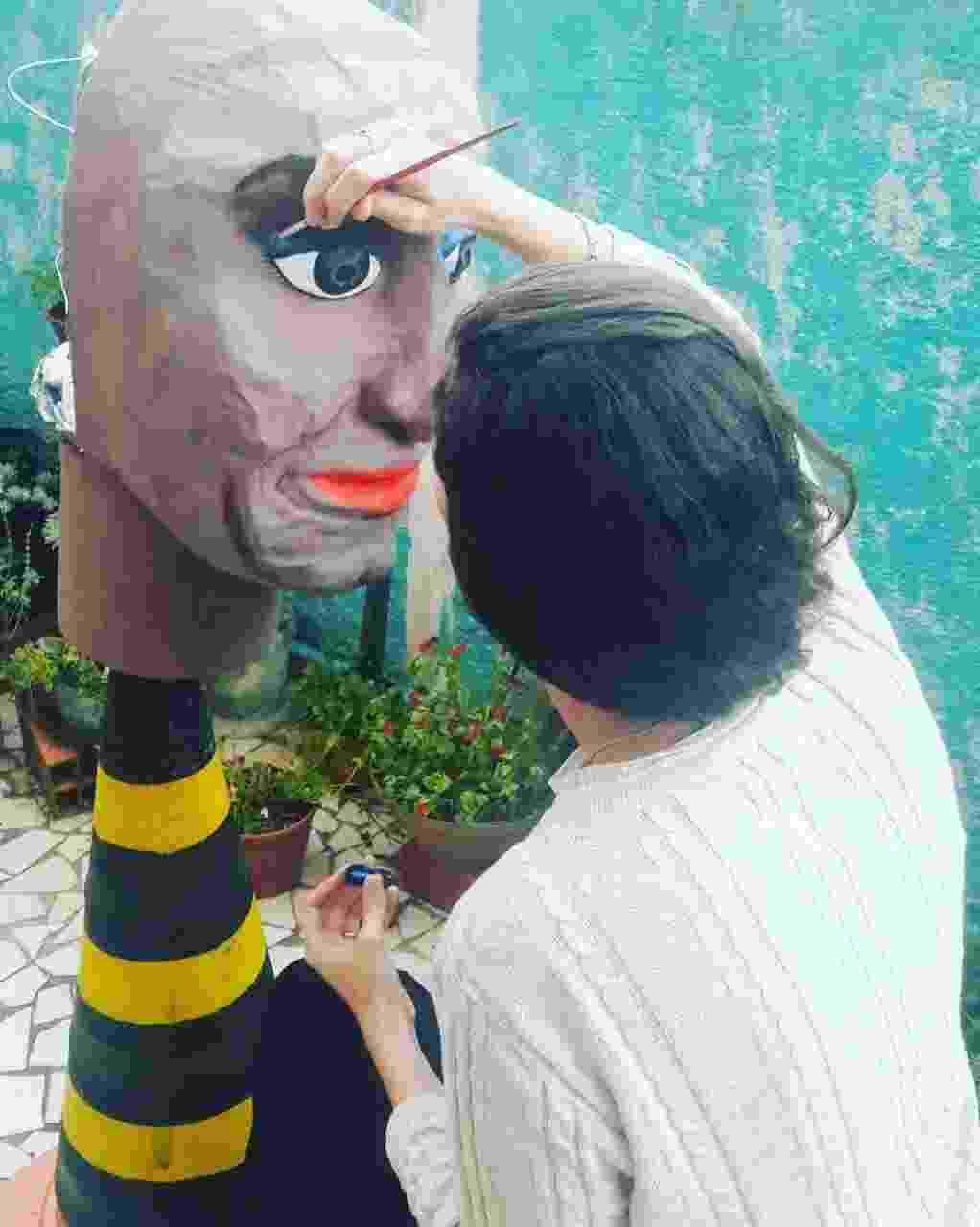 """boneca gigante, com mais de dois metros de altura, vai desfilar nos principais blocos de rua de São Paulo, estampando na roupa a frase """"Fervo também é luta"""" - Acervo Pessoal/Mônica Estela"""