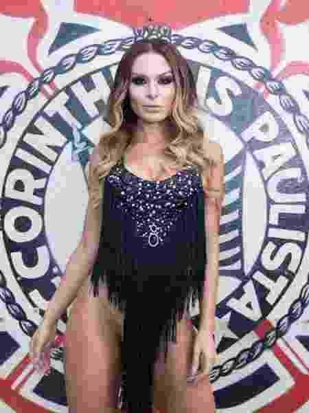 Fernanda Lacerda, musa da Gaviões da Fiel, posa em frente ao escudo do Corinthians - Celso Tavares - Celso Tavares