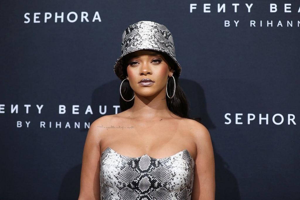 48345c54a5b3a Chapéu pescador  acessório queridinho de Rihanna se torna tendência de moda