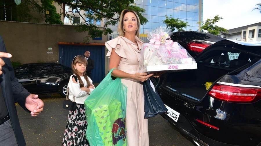 """Ticiane Pinheiro chega para o chá de bebê de Sabrina Sato com presente onde se lê """"Zoe"""" - Leo Franco/AgNews"""