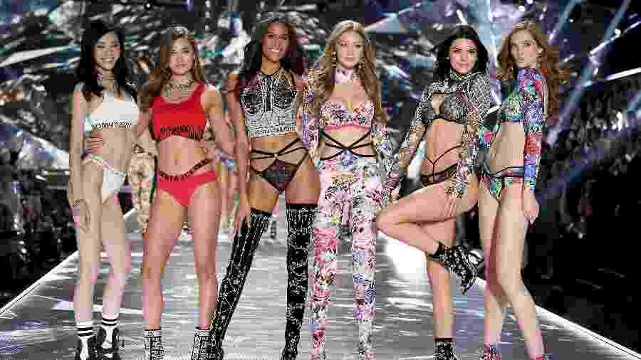 "Kendall Jenner, Gigi Hadid e outras angels da Victoria""s Secret durante o Fashion Show de 2018 - Getty Images"