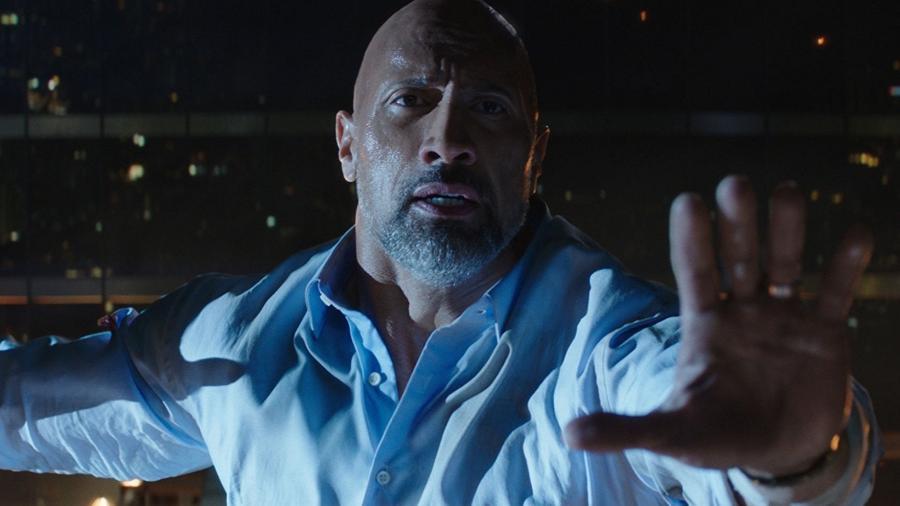 """Dwayne Johnson em cena de """"Skyscraper"""" (2018) - Divulgação"""