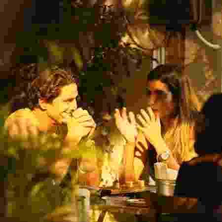 Rômulo Neto e morena conversam em bar no Rio - AgnNews - AgnNews